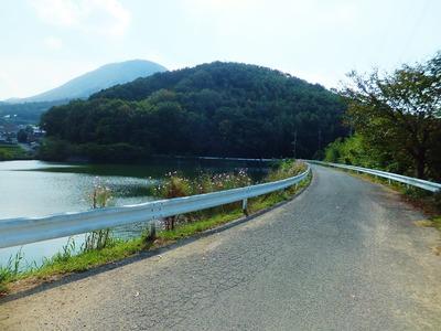 左に樽池を見て、奥に見える大麻山へと向かいます