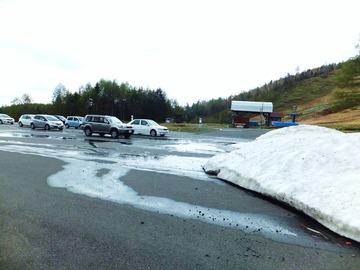 駐車場に除雪された雪が残る