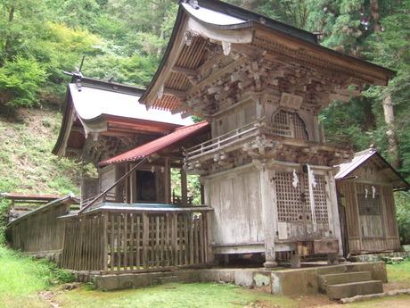 塩野神社拝殿と本殿