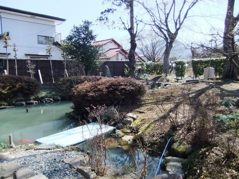 泉水池のある庭