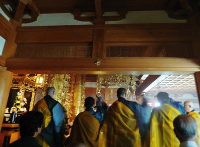 散華をする僧侶たち