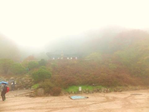 寿光殿と吐含山を見上げる