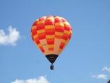 空に浮かぶ熱気球