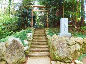 奥宮の石標と鳥居