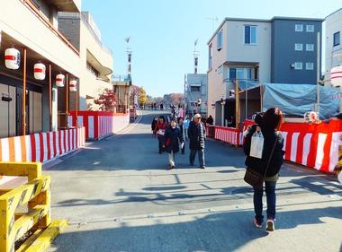 1・お花畑踏切より団子坂、御旅所前広場を見る