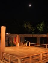 能舞台頭上の満月