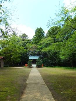 護国神社・左奥に要石