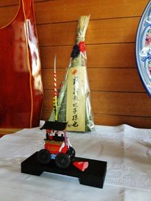 8・蘇民将来の子孫也と記された粽と長刀鉾のフィギュア