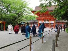 楼門前で記念撮影・黒袍が宮司、赤袍が副宮司
