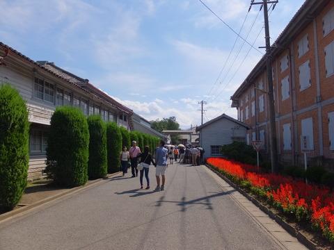 15・右が東繭倉庫、左が女工館