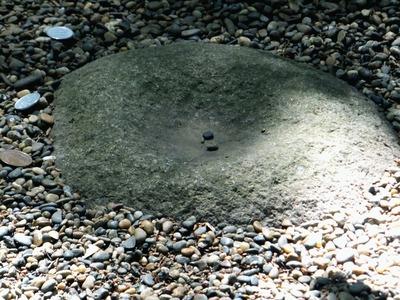 一円玉と要石