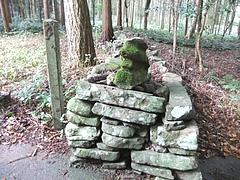 境内を仕切る素朴な石垣