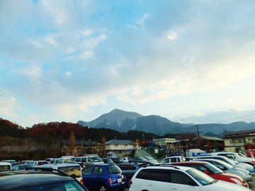 午後4時前の南小臨時駐車場と武甲山