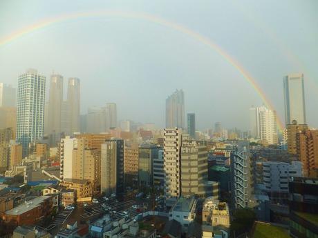 ビルを超えて虹の橋