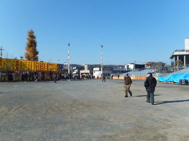 5・御旅所前から右手が桟敷席、幟の立つところが団子坂上