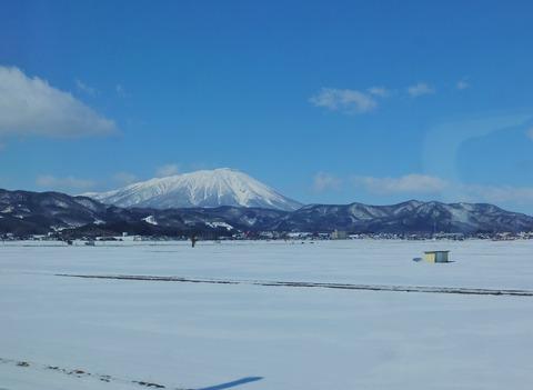 2・雪原に岩手山