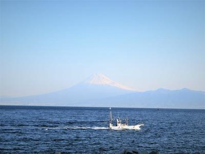 戸田港に帰る漁船に富士山