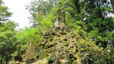 34・諸仏出現の岩盤の立つ七重石塔