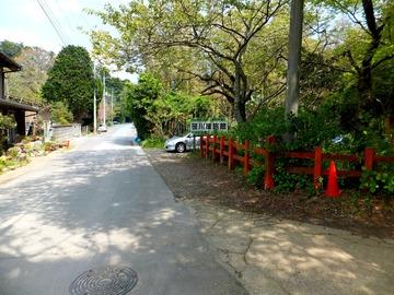 向こうから来て、朱塗りの柵沿いに曲がると奥宮の道へ