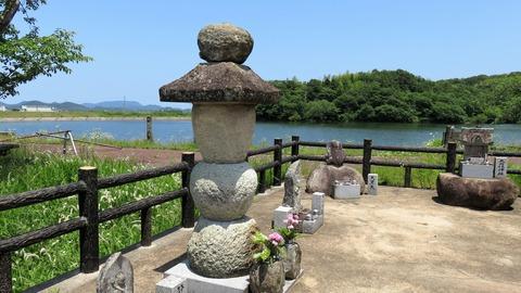 7・静御前墓の五輪塔と鍛冶池
