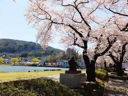 彫刻と桜、遠くに釜口水門