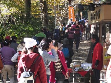 1・京王線・高尾山口駅前からケーブル駅へ