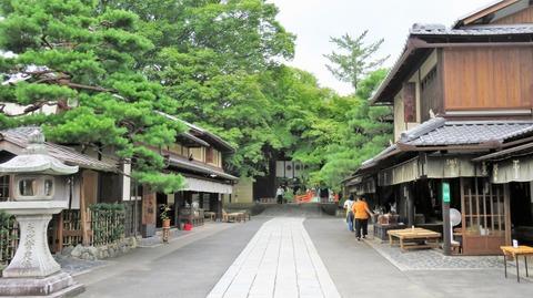3・今宮神社東門前に二軒のあぶり餅屋
