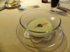 アボガドの冷たいクリームスープ・ズワイガニ添え