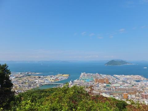 6・展望台から遠くに岡山県を望む