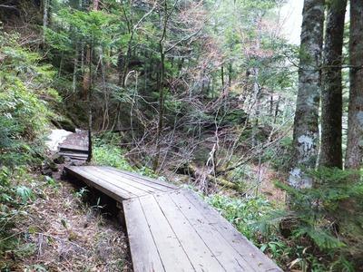 雪の残る三本滝への道