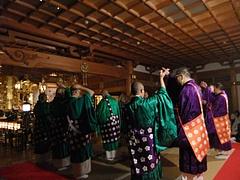 散華札を撒く僧侶たち