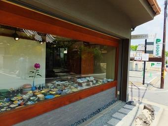 """京うつわ""""京ばん""""の隣りの細い通路が入口"""