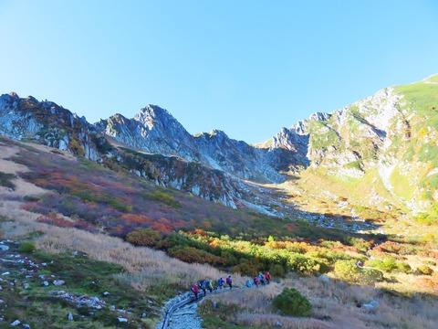 8・千畳敷カールを歩く登山客