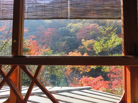 窓越しに保津川と紅葉