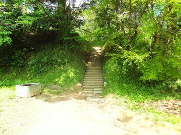 護国神社・要石へ向かう石段