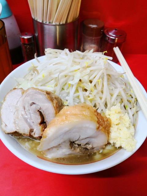 ラーメン二郎で並盛野菜増しニンニクありを食す