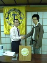 例会51-1_田村さん入会式握手