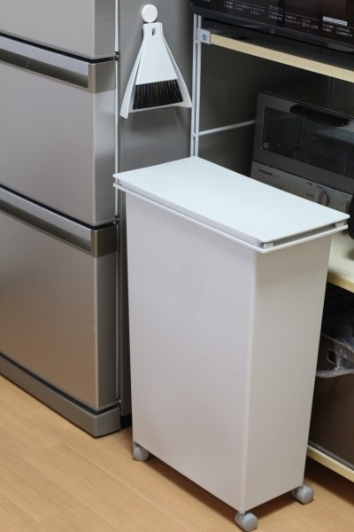 ゴミを捨てる時はボックス上部に設けられている取っ手を手前に引き出すようにする ...