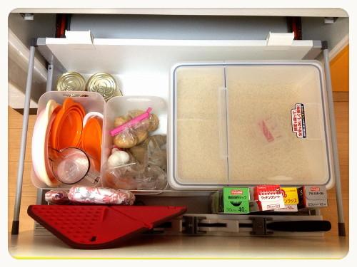 米びつの左側に、無印のメイクボックスを2つ入れたらぴったりと収まって動かないので良い感じです。 右は食品、左は折り畳める水切りボウルやシリコンスチーマー、計量  ...