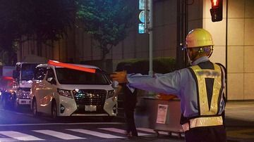 深刻な交通誘導員の不足、工事中止になる現場も…70歳男性「若いもんは一生こんな仕事就くなよ」