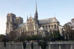 フランスのデモ隊「ノートルダム大聖堂より俺たち救え!」政府や企業が矛先になってしまう