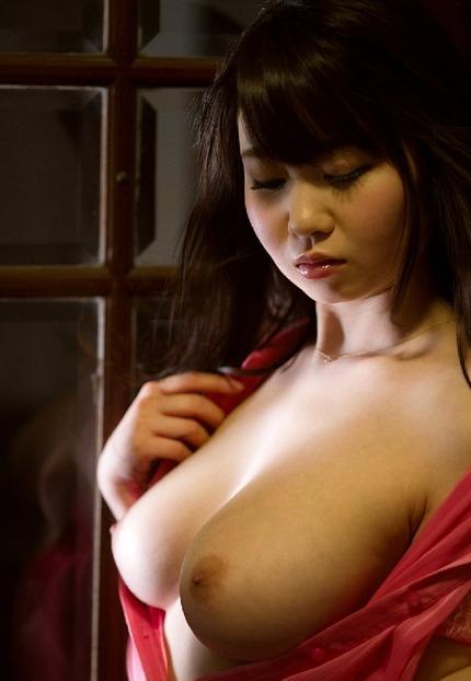 デカい乳房でパイズリしたり激しくセックスする可愛い女の子、夢乃あいか