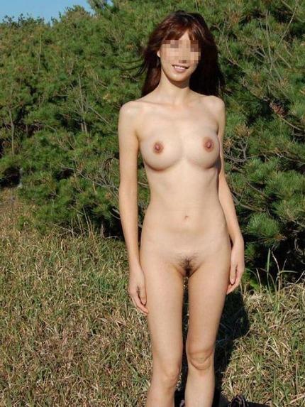野外で服を脱いで、素っ裸になっちゃった素人の女の子