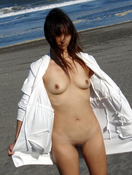 野外露出が止められなくなって、素っ裸になっちゃう露出狂の女の子たち