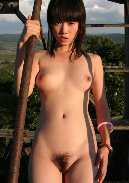 野外で素っ裸になっちゃう、露出が大好きな女の子