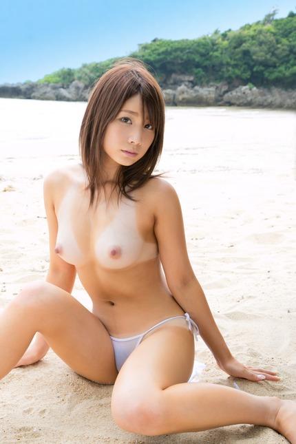 ナイスバディの美女たちが全裸になった時、日焼け跡が残っているとエロさが増すね