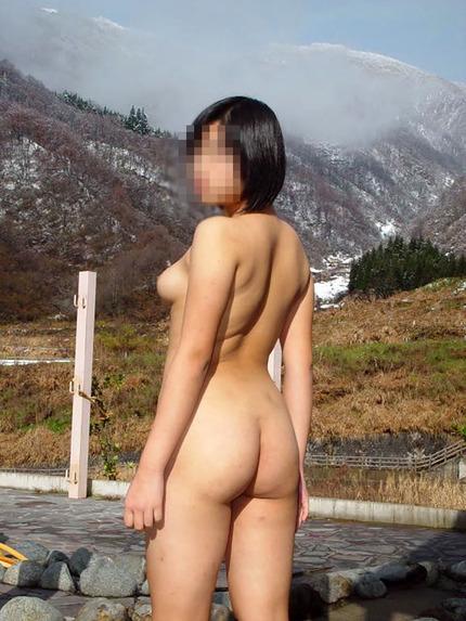 脱ぐのが大好きな素人女性が、野外で素っ裸になっちゃった