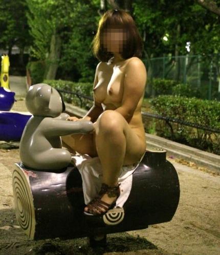 エロい素人の女の子たちが、野外や店で脱衣して裸になっちゃう