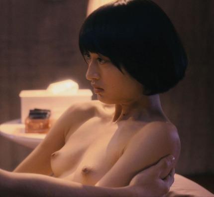 映画での濡れ場だったら、女優だってオッパイ出したり全裸になったりするんだね