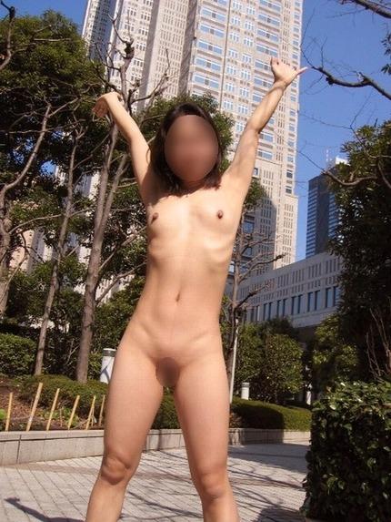 素人の女の子が服を脱いで、野外で素っ裸になっちゃった